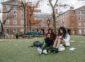 一个女孩和一个男孩正坐在校园的前面
