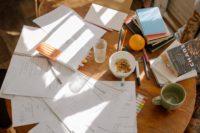 书桌上的文件
