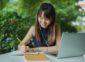 一个女孩正在笔记本上写字